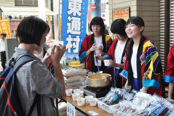 青森県東通村の中学生が北区内の商店街で地元をPR